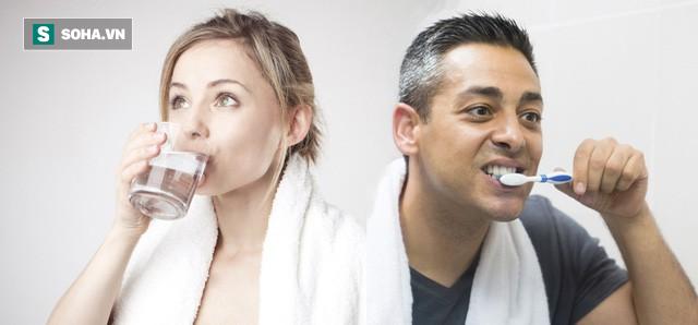 Sau khi ngủ dậy nên uống nước hay đánh răng trước: Đơn giản nhưng ít người trả lời đúng - Ảnh 1.