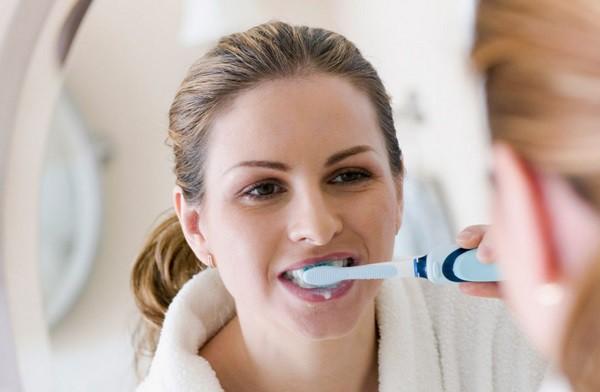 Sau khi ngủ dậy nên uống nước hay đánh răng trước: Đơn giản nhưng ít người trả lời đúng - Ảnh 2.