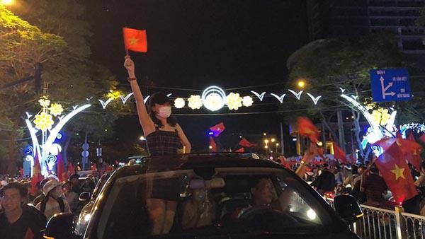 """U23 Việt Nam chiến thắng: MC nóng bỏng nhất VTV òa khóc, Lâm Khánh Chi thưởng """"nóng"""" Bùi Tiến Dũng - Ảnh 1."""