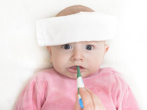 Trẻ sốt nên chườm nóng hay lạnh: Bố mẹ nào cũng phải nhớ để tuyệt đối không phạm sai lầm - Ảnh 2.