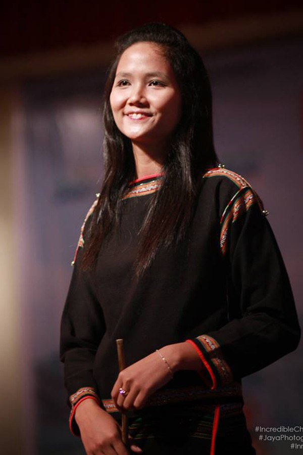 Lộ ảnh Hoa hậu HHen Niê để tóc dài, đi diễn văn nghệ thời chưa ai biết đến - Ảnh 2.