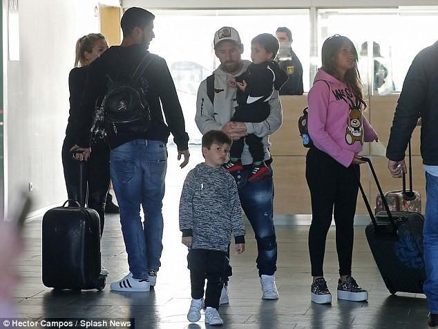Vợ con Messi mệt mỏi trở lại Barcelona sau kỳ nghỉ - Ảnh 1.