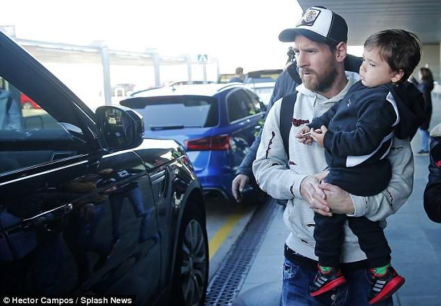 Vợ con Messi mệt mỏi trở lại Barcelona sau kỳ nghỉ - Ảnh 2.