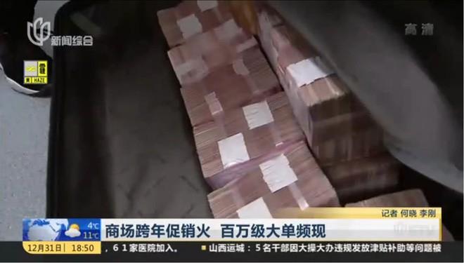 Trung Quốc: Xách 27 tỷ đồng tiền mặt đi mua sắm Tết, nhân viên bán hàng đếm tiền đến 2h sáng mới xong - Ảnh 2.