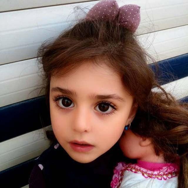 """Bé gái xinh đẹp nhất thế giới"""": Bố mẹ phải nghỉ việc, theo sát con vì sợ bị quấy rối - Ảnh 1."""