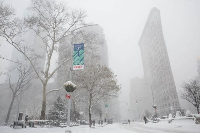 New York như hành tinh khác trong trận bão tuyết khiến nước Mỹ lạnh hơn sao Hỏa - Ảnh 2.