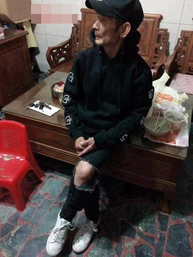 Mặc áo hoodie vàng, mang giày FILA, bà nội 87 tuổi bỏ xa lớp trẻ vì độ sành điệu - Ảnh 4.