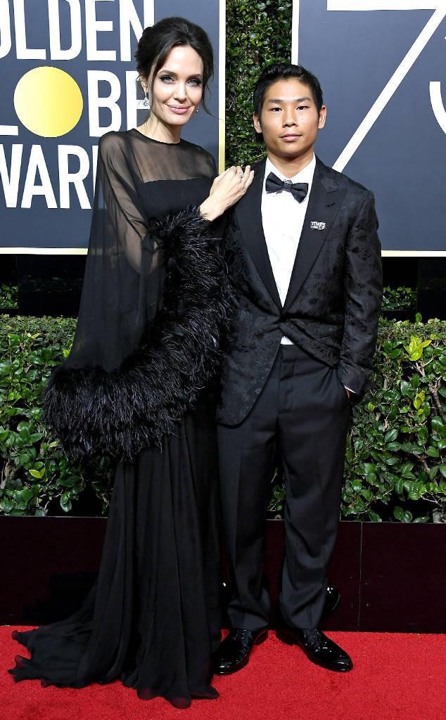 Trong 6 người con, Angelina Jolie chỉ đưa mỗi Pax Thiên đến thảm đỏ Quả Cầu Vàng 2018 - Ảnh 1.
