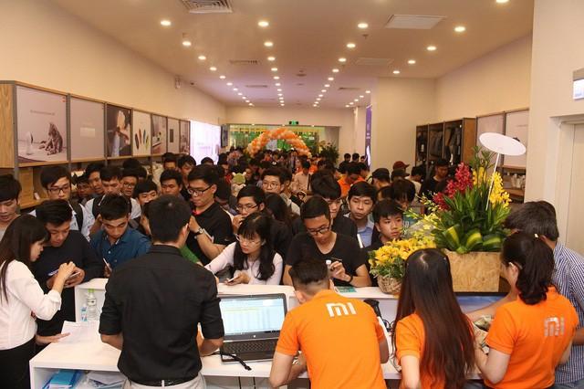 Hàng trăm người xếp hàng mua sản phẩm Xiaomi tại cửa hàng Mi Store đầu tiên tại Việt Nam - Ảnh 2.