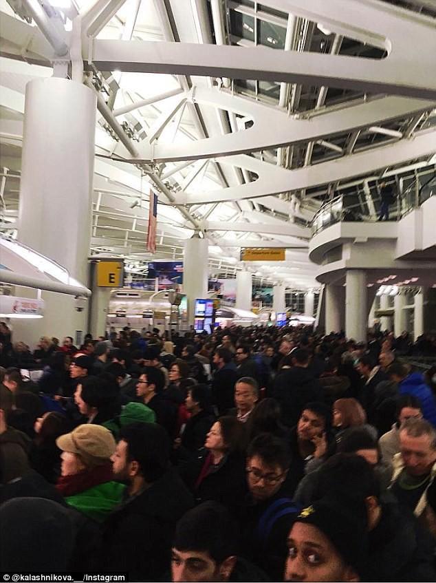 Khung cảnh hỗn loạn tại sân bay JFK sau bom bão tuyết: Hơn 6000 chuyến bay bị hủy bỏ, 2 vụ va chạm máy bay xảy ra - Ảnh 1.