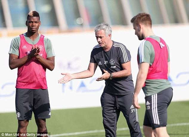 Mourinho sút thị phạm, cầu thủ Man Utd cười hết cỡ ở Dubai - Ảnh 2.