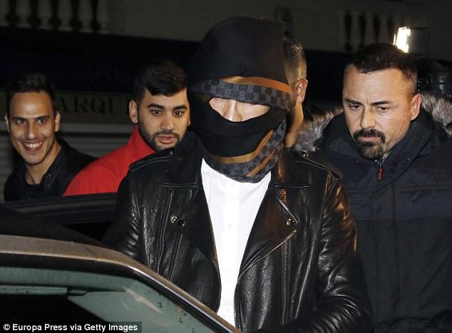 Ronaldo quấn khăn như xác ướp để trốn fan - Ảnh 1.