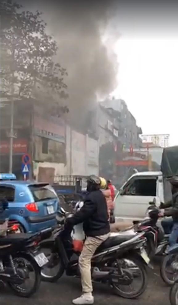 Hà Nội: Cháy lớn nhà dân ngay cạnh chợ Mơ, cột khói dày đặc bốc cao hàng chục mét - Ảnh 1.