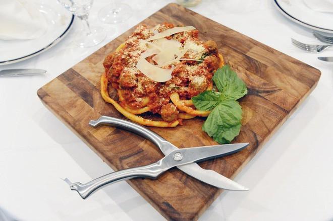 Món mì Ý độc đáo có sợi dài hơn 9 mét, mỗi phần có giá 1 triệu đồng - Ảnh 2.