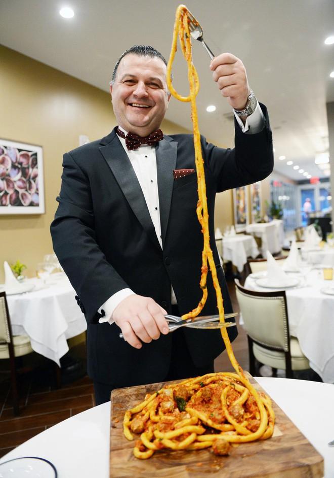 Món mì Ý độc đáo có sợi dài hơn 9 mét, mỗi phần có giá 1 triệu đồng - Ảnh 3.