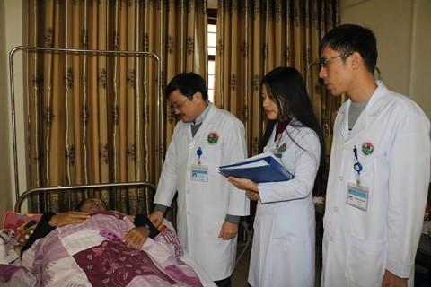 Hà Tĩnh: Bác sĩ hiến máu cứu sống 2 bệnh nhân nguy kịch - Ảnh 1.