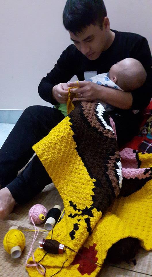 Clip: Chồng vừa ru con ngủ, vừa đan len thoăn thoắt khiến hội chị em phấn khích - ảnh 2