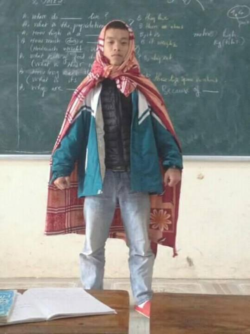 Cư dân mạng thích thú với hình ảnh 'Super man' quấn chăn đi học của nam sinh - ảnh 1