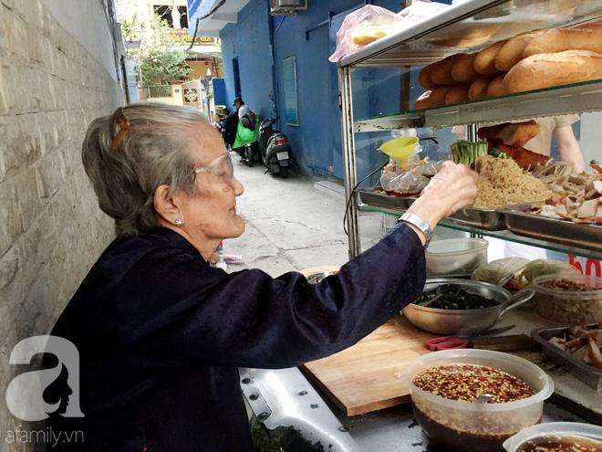 Xe bánh mì ngon nức tiếng Sài Gòn của bà Tư Trầu