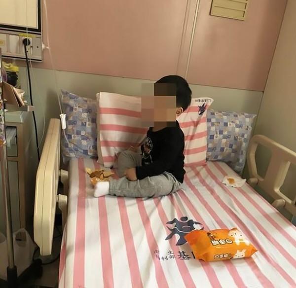 Bố mẹ đi làm xa, bé trai 3 tuổi bị khoá trong nhà cạnh thi thể ông bà suốt 2 ngày - Ảnh 1.