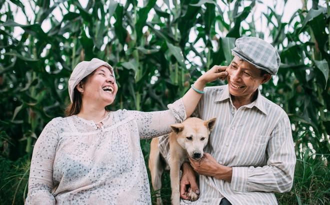 Ra mà xem cặp bố mẹ yêu thương nhau giữa mùa bắp cải hot nhất MXH - 25 năm sống dưới túp lều tranh giận nhau đúng 1 lần - ảnh 1