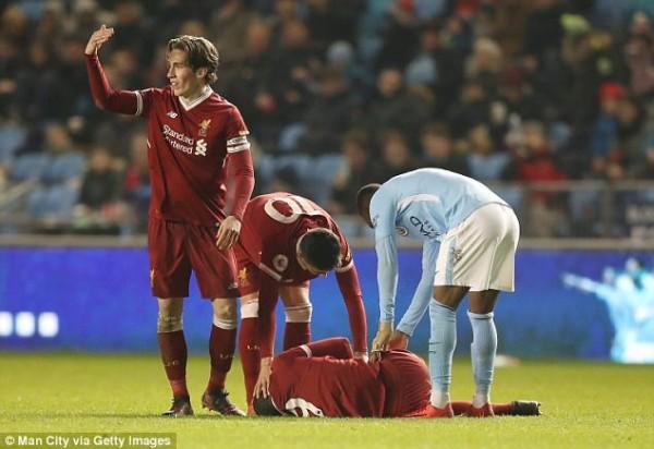 Sao trẻ Liverpool phải thở Oxy, rời sân trên cán trong màn đại chiến với Man City - Ảnh 1.