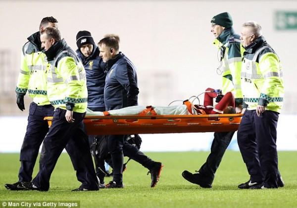 Sao trẻ Liverpool phải thở Oxy, rời sân trên cán trong màn đại chiến với Man City - Ảnh 2.