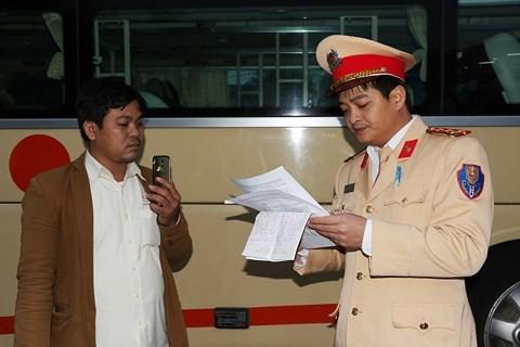 Hà Tĩnh: Lái xe khách chở hàng lậu chống đối CSGT, bỏ chạy 20km bị chặn lại - Ảnh 1.