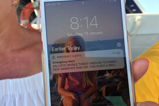 Nhận được tin nhắn cảnh báo tên lửa, dân Hawaii nháo nhào tìm nơi ẩn nấp và cái kết bất ngờ - Ảnh 2.