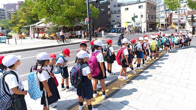 Bà mẹ người Mỹ tiết lộ lý do vì sao trẻ em Nhật không bao giờ bị bố mẹ quát mắng ở nơi công cộng - Ảnh 1.