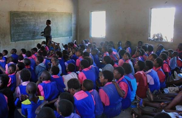 Ở nơi băng vệ sinh đắt bằng cả ngày lương, cứ đến tháng các thiếu nữ phải nghỉ học cả tuần vì xấu hổ - Ảnh 1.