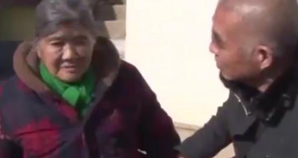 Xúc động cảnh người phụ nữ đoàn tụ với chồng con sau 23 năm ly tán vì mất trí nhớ - Ảnh 2.