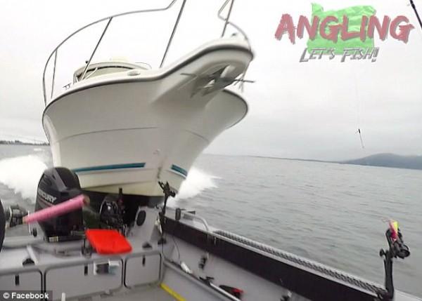 Clip: Lao với 'tốc độ bàn thờ', xuồng cao tốc đâm nát bét thuyền đánh cá - Ảnh 2.