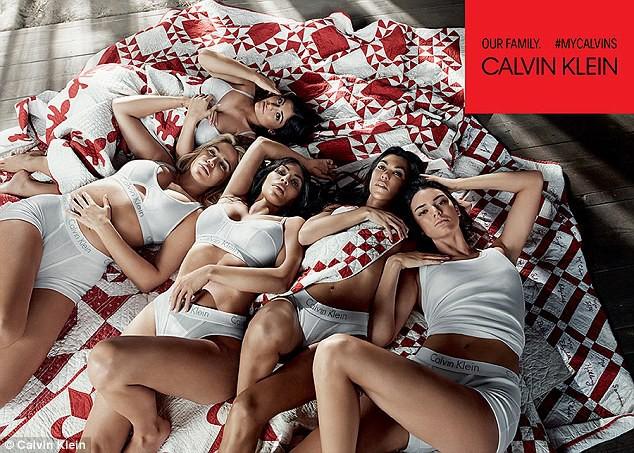 5 chị em Kardashian cùng chụp ảnh nội y, Kylie Jenner là người có biểu hiện lạ gây chú ý nhất - Ảnh 1.