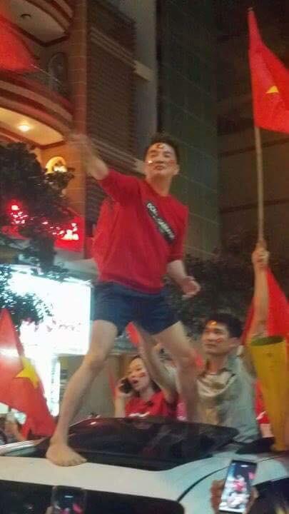 Sau Mỹ Tâm, đến lượt Đàm Vĩnh Hưng mặc quần đùi ngồi nóc xe hơi đi bão mừng tuyển U23 Việt Nam - Ảnh 2.