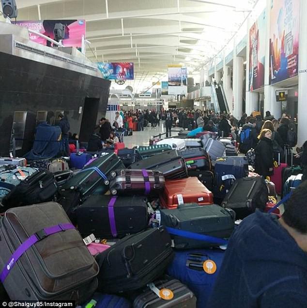 Khung cảnh hỗn loạn tại sân bay JFK sau bom bão tuyết: Hơn 6000 chuyến bay bị hủy bỏ, 2 vụ va chạm máy bay xảy ra - Ảnh 11.