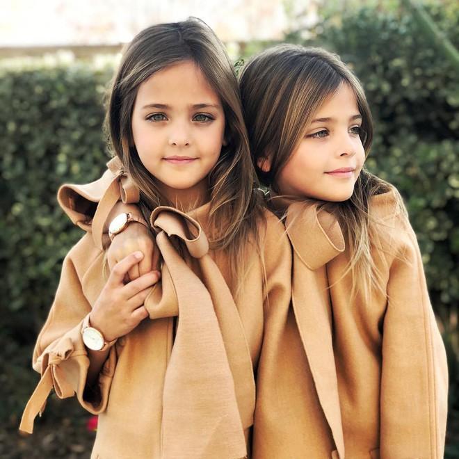 Giấu 2 con gái sinh đôi mãi đến năm 7 tuổi mới khoe hình, bà mẹ không ngờ cuộc đời họ đã thay đổi sau một đêm - Ảnh 3.