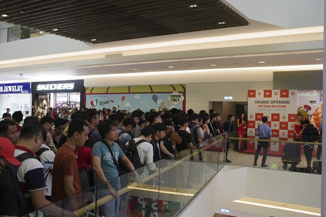 Hàng trăm người xếp hàng mua sản phẩm Xiaomi tại cửa hàng Mi Store đầu tiên tại Việt Nam - Ảnh 3.