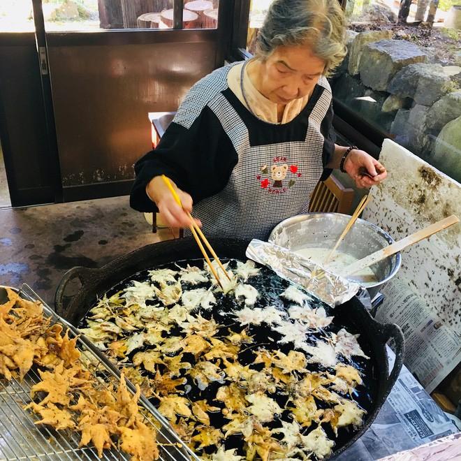 Câu chuyện thú vị về món tempura lá phong cầu kỳ, muốn ăn phải chuẩn bị nguyên liệu trước cả năm trời - Ảnh 3.