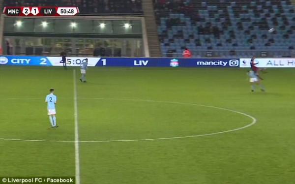 Sao trẻ Liverpool phải thở Oxy, rời sân trên cán trong màn đại chiến với Man City - Ảnh 3.