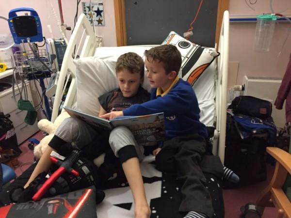 Người anh 9 tuổi bị ung thư quấn quýt bên em gái mới sinh khiến hàng triệu người xúc động - Ảnh 3.