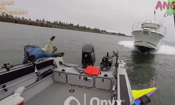 Clip: Lao với 'tốc độ bàn thờ', xuồng cao tốc đâm nát bét thuyền đánh cá - Ảnh 3.