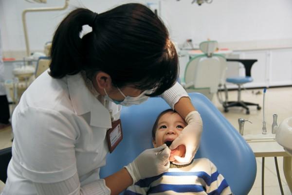 Vì sao không nên tự nhổ răng sữa cho trẻ? - Ảnh 1.
