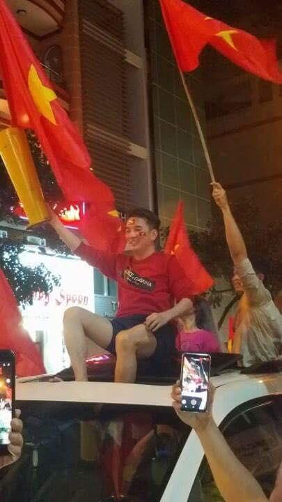 Sau Mỹ Tâm, đến lượt Đàm Vĩnh Hưng mặc quần đùi ngồi nóc xe hơi đi bão mừng tuyển U23 Việt Nam - Ảnh 3.