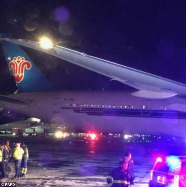 Khung cảnh hỗn loạn tại sân bay JFK sau bom bão tuyết: Hơn 6000 chuyến bay bị hủy bỏ, 2 vụ va chạm máy bay xảy ra - Ảnh 4.