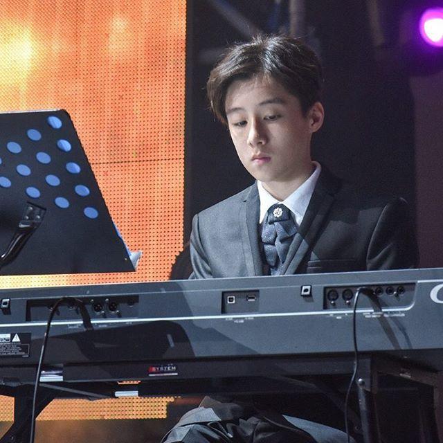 Tiểu Vương Lực Hoành Trung Quốc: 13 tuổi đã cao 1m70, học giỏi và biết chơi cả piano, violin - Ảnh 4.