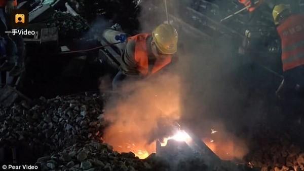 Chóng mặt: Công nhân Trung Quốc xây đường sắt mới chỉ trong 9 tiếng - Ảnh 4.
