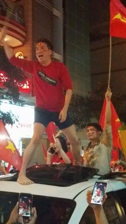 Sau Mỹ Tâm, đến lượt Đàm Vĩnh Hưng mặc quần đùi ngồi nóc xe hơi đi bão mừng tuyển U23 Việt Nam - Ảnh 4.