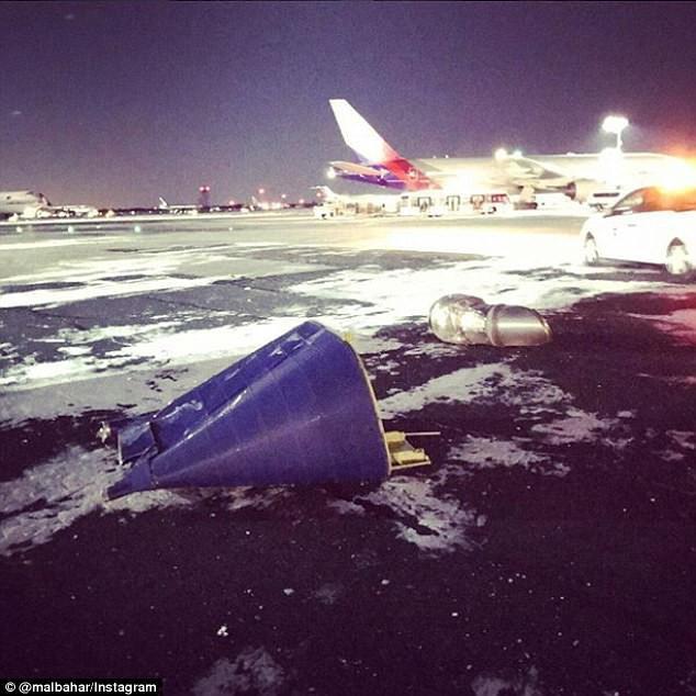 Khung cảnh hỗn loạn tại sân bay JFK sau bom bão tuyết: Hơn 6000 chuyến bay bị hủy bỏ, 2 vụ va chạm máy bay xảy ra - Ảnh 5.