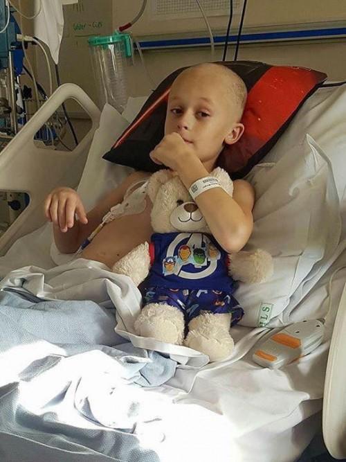 Người anh 9 tuổi bị ung thư quấn quýt bên em gái mới sinh khiến hàng triệu người xúc động - Ảnh 5.